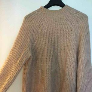 Stickad rosa glittrig tröja från hm! Färgen gör sig orättvis på bild, se bild 3 för mest lik färg!