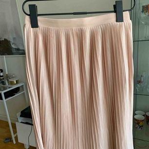 Plisserad kjol från vero Moda. Aldrig använd