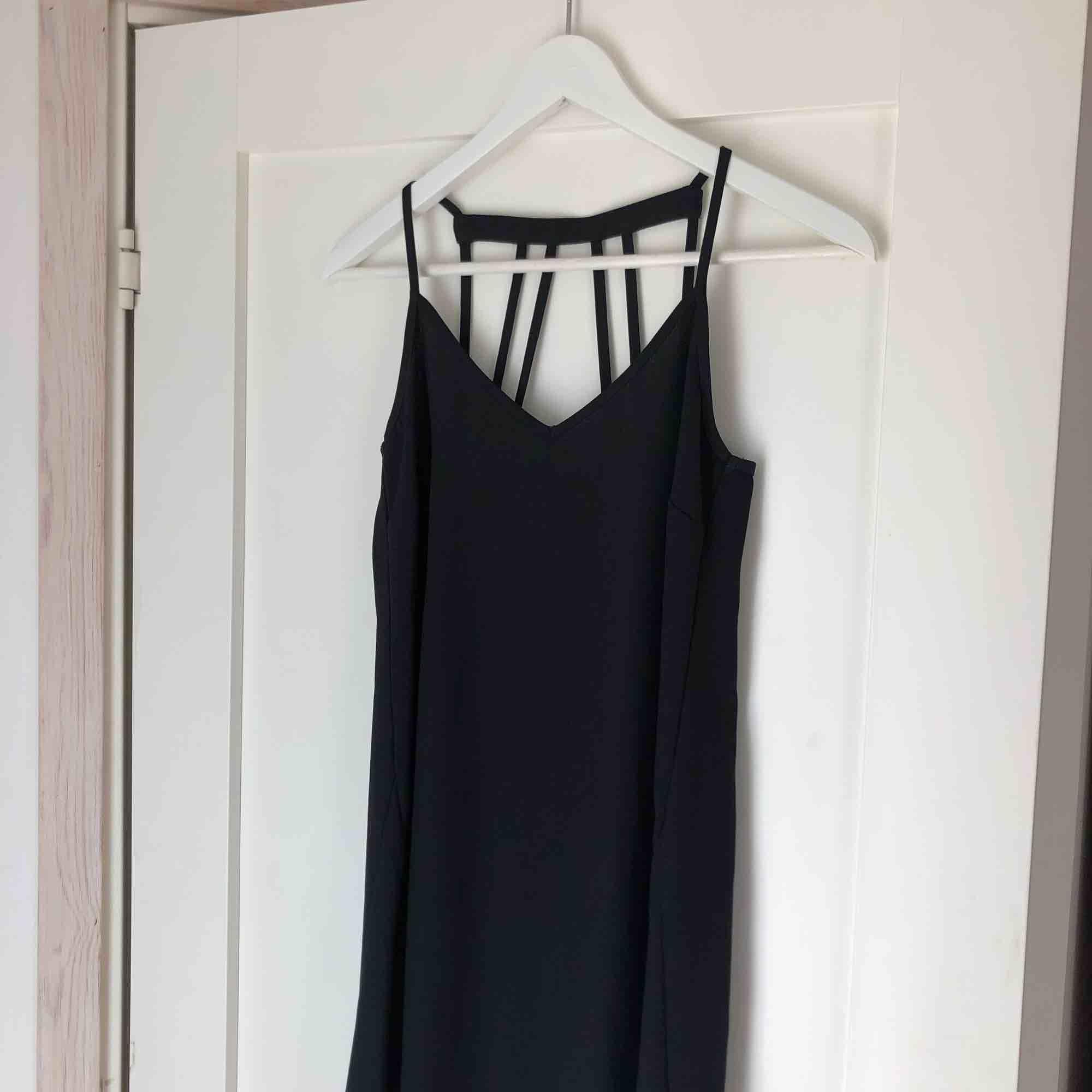 Supersnygg oanvänd klänning, kommer bli så fin till sommaren med lite smycken! 🌞 30 kr frakt. Klänningar.