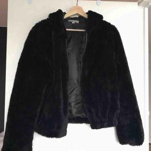 Fluffig jacka jag beställt i storlek L för att jag ville ha den oversized, tyvärr var den mycket mindre än väntat så därför säljer jag den, passar i princip vem som helst!