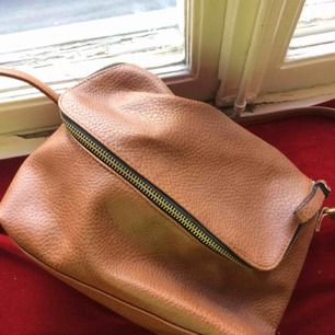 Enkel och rymlig fakeläder väska från HM med bekväm fungerande dragkedja och innerfickor