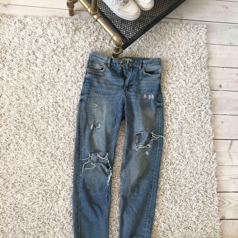 """• boyfriend jeans med slitningar • text vid fickan """"GIRLS BITE BACK • använda men ser relativt mycket ut som när jag köpte dom, det ända är att hålen är mer slitna. Jeans & Byxor."""