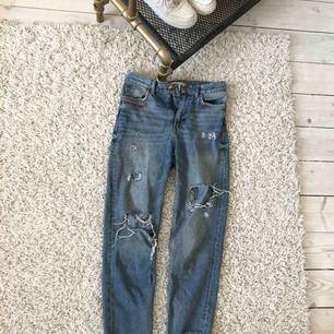 """• boyfriend jeans med slitningar • text vid fickan """"GIRLS BITE BACK • använda men ser relativt mycket ut som när jag köpte dom, det ända är att hålen är mer slitna"""