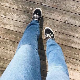 Slip-on med pärlor från Nilson Shoes. Använd ett fåtal gånger så i gott skick. Dock saknas en pärla (se sista bilden) men det är inget man tänker på. Nypris 500. Står ingen storlek på skorna men är typ 39/40.  Kan mötas upp i linköping.
