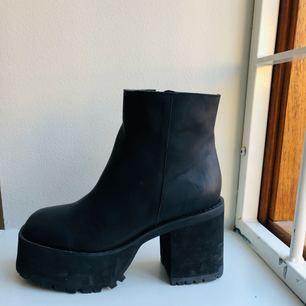 Svarta platåskor i läder storlek 41. Endast använda en gång. Inköps pris 1598kr säljes för 700, köparen står för frakten men kan mötas upp i Stockholm