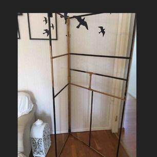 Metall ställning som kan användas som avskärmare ifall en gardin hängs över. Använder själv en sån i mitt rum som avskärmare fast då har jag spreyat den helt vit...