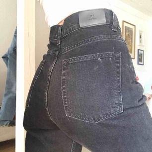 Jeans från Nelly, stentvättade, svarta. Stl 28 (motsvarande typ EU 38) och typ 33 i benen. Byxorna är större i midjan än vad det ser ut på bilderna, håller in dem då jag är en stl 26/27.  Nypris var ca 600 kr.