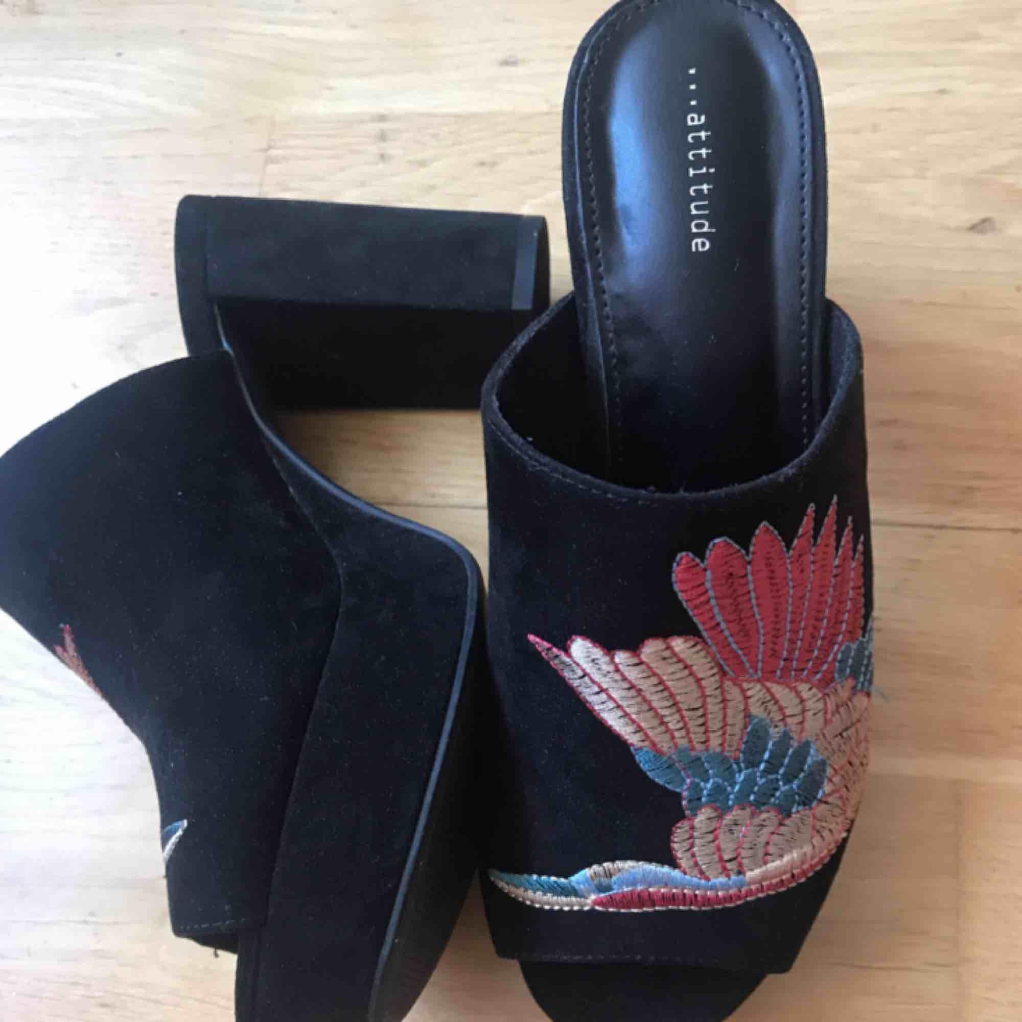 Sjukt fina slip in 90s skor, använda endast en gång. Broderat mönster och klumpig klack! Strlk 38! 300:- plus frakt (obs lite mer frakt än vanligt ca 90:- då skorna väger en del), kan också mötas upp i Stockholm! DMa för köp 💋💋💋. Skor.