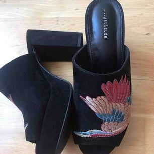 Sjukt fina slip in 90s skor, använda endast en gång. Broderat mönster och klumpig klack! Strlk 38! 300:- plus frakt (obs lite mer frakt än vanligt ca 90:- då skorna väger en del), kan också mötas upp i Stockholm! DMa för köp 💋💋💋