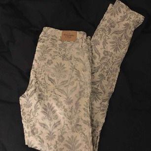 Ett par mönstrade byxor i vaniljfärgat och grått. Byxorna är i storlek 25!  Kontakt: 0732500530(nås på sms) Teamarkholm@gmail.com  Köparen står för frakten !