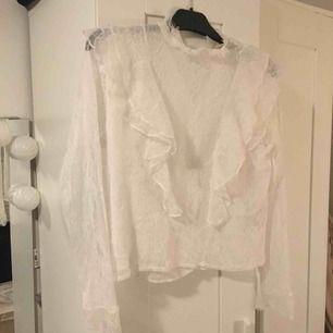 En vit blus i spets med volangränder. Blusen är i storlek 36 och kommer från H&M. Använd fåtal gånger så i nyskick!  Kontakt: 0732500530(nås på sms) Teamarkholm@gmail.com  Köparen står för frakten !