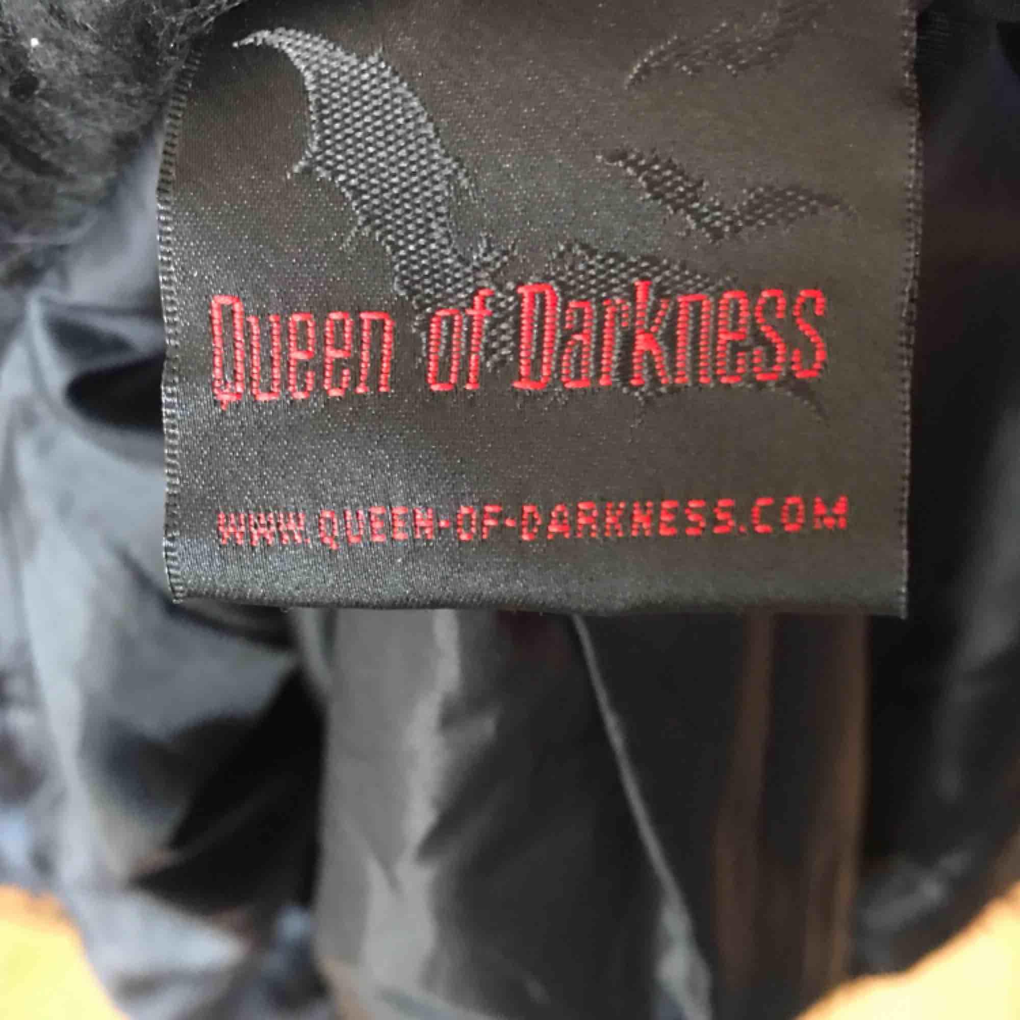 Skitfin svart gotisk fuskpäls med lack remmar, tyvärr för liten för mig! Som ny! Strlk S står det men skulle säga att det är en liten S eller en XS. Nypris ca 900:-, säljer för 350:- plus frakt el möts upp i Sthlm.  DMa för köp! 💋💋💋. Jackor.