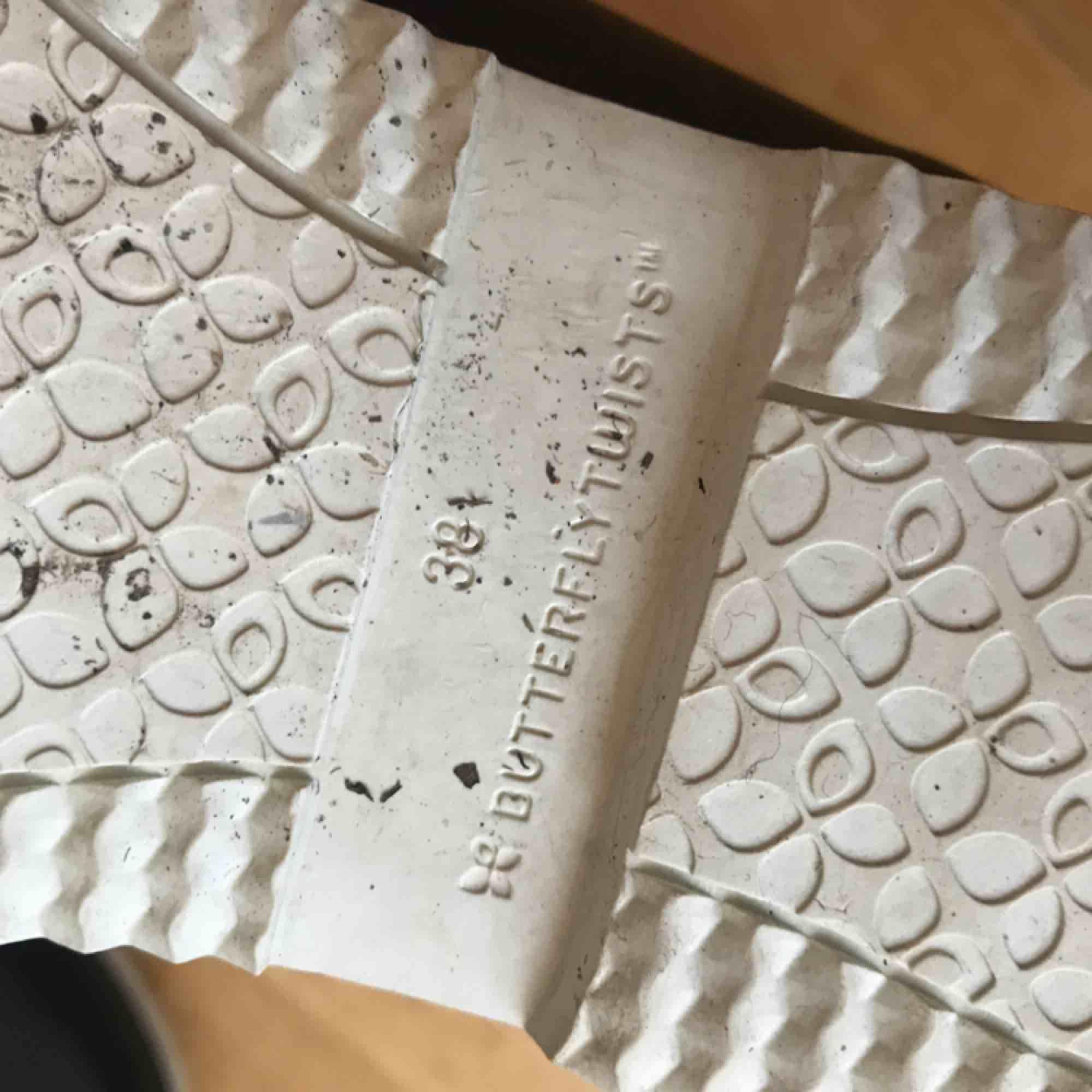 Festival regnstövlar från butterflytwists. Använda endast 1 festival, säljer pga har så många regnstövlar. 269:- nypris. Super sköna å lätta att packa ner! Strlk 38. frakt tillkommer alt möts upp i Stockholm. DMa för köp! Xoxo . Skor.