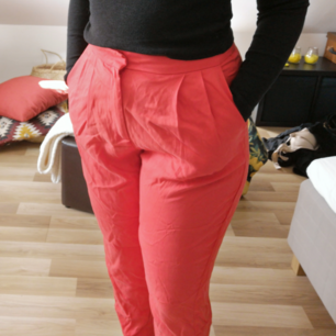Snygga kostymbyxor i svalt tyg perfekta nu till våren/sommarkvällar! Aldrig använd 🌼 Frakt 35kr! 🚛