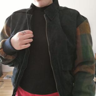 Tuff jacka som passar perfekt nu till våren! Köpt secondhand i Berlin men i nästan nyskick! Fejk mocka med tyg på armarna! 🌼 Frakt 60 kr!