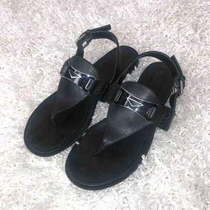 Säljer ett par snygga sandaler från ralph lauren