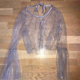 Transparent magisk tröja med klockad ärm, guld/silver glitter och pärlor på! Sidenkant upptill. Fin med T-shirt över eller bara som den är. 200:- plus frakt alt möts i Stockholm. Xoxo ✨✨✨