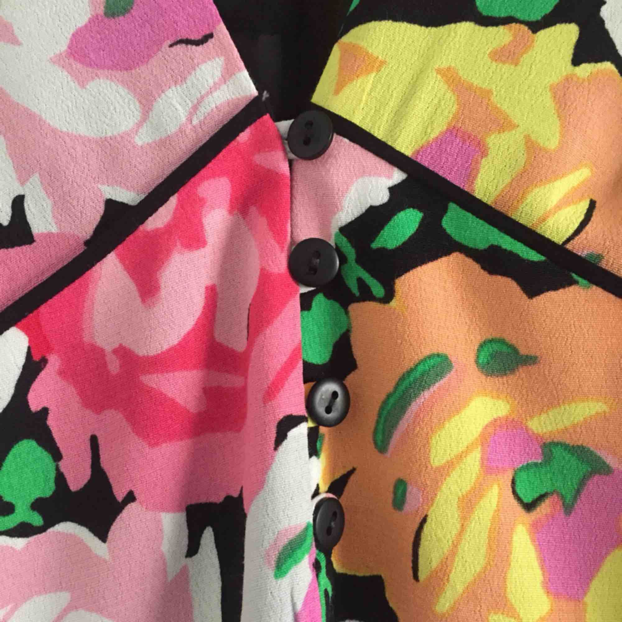 Vårig, blommig klänning med t-shirt ärmar från Zara Trafaluc. Som vanligt med Zara's kläder så är den ganska liten i storleken. Frakt: 55 kr blå påse eller 63 kr spårbart . Klänningar.