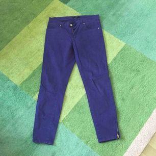 Vackra lila byxor från Lindex. Mjukt material och snygga detaljer med dragkedja längst ned på benet.