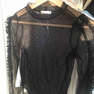Prickig mesh tröja med volanger