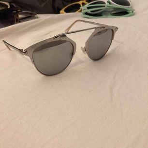 Solglasögon från Gina tricot i silver