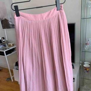 Kjol som är oanvänd med lappen kvar. Inköpt från vero Moda. Dragkedja i sidan och super fin färg!