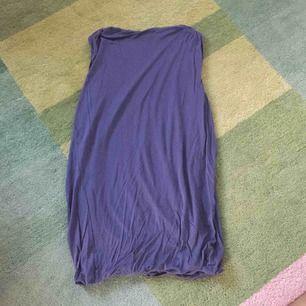 Fantastiskt cool klänning i lyocell. Återvunnet material och så skön. Lite ballongmodell men mer åtsittande. Gråblå/duvblå färg.