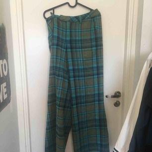 Asgrymma grön blå rutiga byxor med fickor och utsvängda benslut. Fint skick!