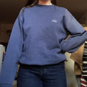 Säljer denna blå jättemysiga tjocktröja! Den är köpt på beyond retro