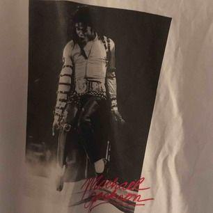 Michael jackson tröja i bra skick. Uppvikta armar. Oversized. Köpt för ca 150-200