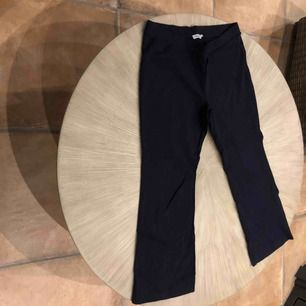 Stretch bomulls byxa Filippa K mörk marinblå. Korta utsvängda ben 86 cm yttermått  Fint skick!