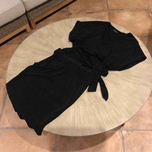 Klänning by Malene Birger knyte midja,glapp mellan underdel/överdel. Snäv kjol del- nedanför knäet längd och luftig överdel Som ny! Silkigt polyester material