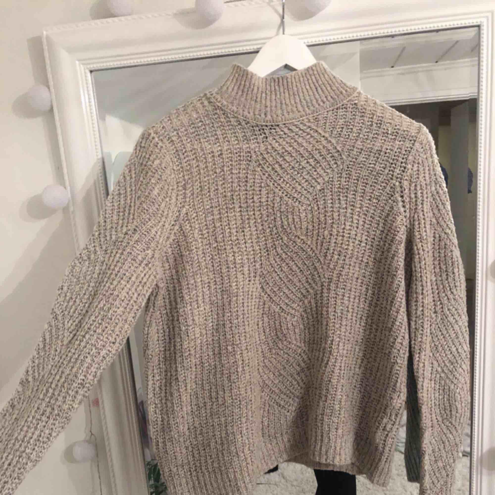 Snygg beige och skön tröja ifrån .object, sparsamt använd och i ett väldigt bra skick. Tröjor & Koftor.