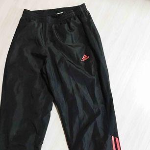 Fina prassliga byxor från Adidas i fint skick. Storlek står ej, men passar från XS-M då de är stretchiga vid midjan och nere vid fötterna, pga gummiband. Kan skicka hur de ser ut på! Frakt tillkommer 🌹