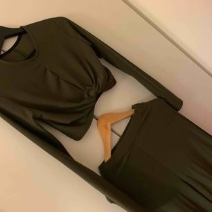 Grönt set - en långärmad croppad tröja med knut + långa bredbenta byxor. Använt en gång. Bild med byxorna på kan skickas. Köpt från Boohoo i strl 36, passar 38 också så det är stretchigt material. Köparen står för frakten! 🌟