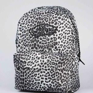 Asball väska i leopard mönster ifrån vans. Väl använd med i gott skick. Finns en gympapåse i samma mönster som du kan köpa till för 50 kr. Annars 100 kr för gympapåsen. Frakt tillkommer. 🖤