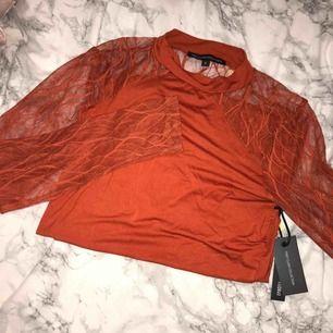 Kopparfärgad tröja i bra skick, aldrig använd. Längre än vad den ser ut på bilden eftersom jag vek upp den. Frakt tillkommer. 🖤