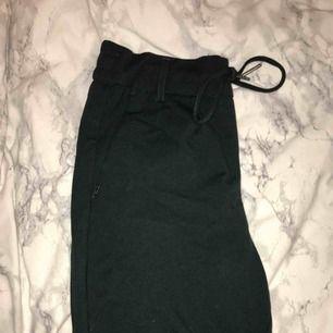 Assnygga kostymbyxor från vero Moda i mjukt material. Superfin mörkgrön färg. Frakt tillkommer. 🖤