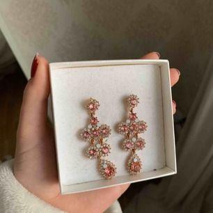 Lily and rosé örhängen orginalpris runt 800, använda någon enstaka gång för längesen. Köpare står för frakt