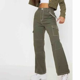 Gröna byxor från prettylittlething.com . Storlek 8 men skulle säga att dom är S och dom sitter väldigt tajt på mig som är S/M därför jag säljer dom. Använda ca 3 gånger, bra skick. Ganska korta i benen också (Ingen kedja) swish eller safepay