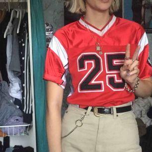 Fin röd sport tröja som jag köpte på beyondretro för länge sedan som jag använt en gång.
