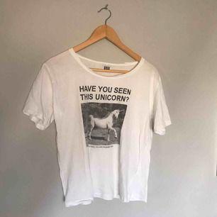 • Vit tshirt med tryck från Weekday •  Använt men bra skick✨  50 kr + frakt