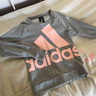 Säljer en Adidaströja pga använder aldrig. Använd en gång.  Frakt: 79kr.