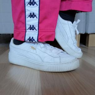 Säljer de skönaste skor jag någonsin ägt! 🥰🤩🌷 Puma Basket platform! De är lite slitna men fortfarande finns det mycket liv kvar i dem! Säljer även ett likadant par fast helsvarta också! 🌷🤩 Frakt 50kr! 🚛