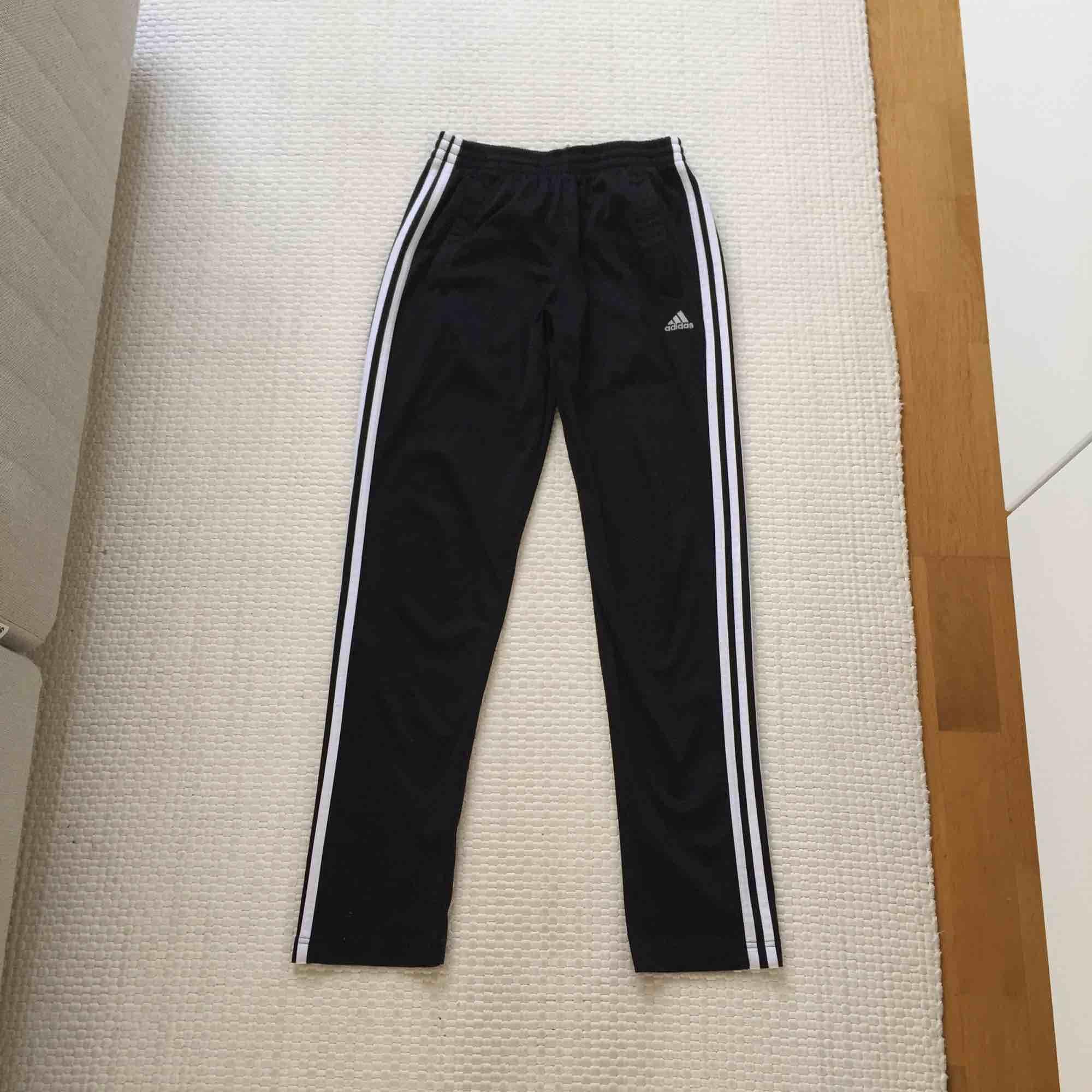 Adidasbyxor! Lite insydda i benen, sitter så här på mig som är 1.64/65. Står storlek 164, men skulle säga att det motsvarar xs/s. Normalt använda✨. Jeans & Byxor.