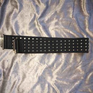 Bälte/skärp/band som kan användas till lite allt möjligt. Bandet är elastiskt och kan vara snyggt till en beltbag, väska eller som skärp! Frakt tillkommer:)