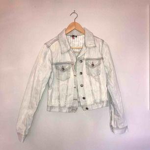 • Jeansjacka från Topshop •  Figurnära modell i ljus denim med slitningar, använd men i bra skick.   50 kr + frakt
