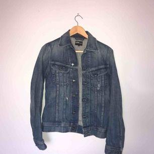 • Mörkblå jeansjacka från Lee •  Rak modell med lite slitningar, mycket sparsamt använd så i bra skick!  100 kr + frakt