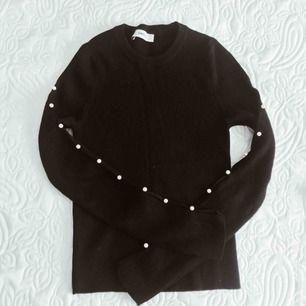Stickad tröja från Zara med pärlor längst ärmen, endast använd en gång. Storlek M men passar XS/S.
