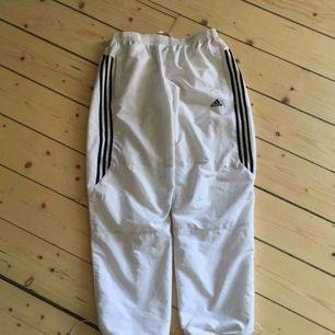 Vintage Adidas trackpants, hyfsat bra skick, frakt ingår.